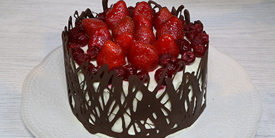 Torta de chocolate con crema chantilly y frutillas